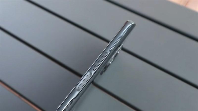 Cạnh phải của Huawei Nova 8i