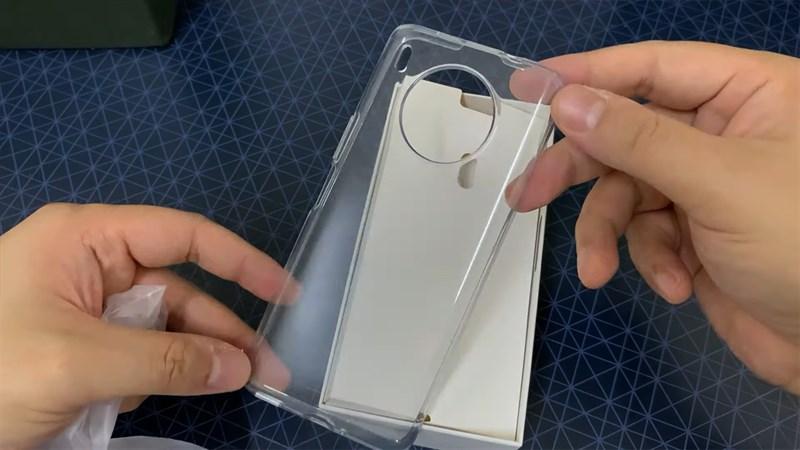 Huawei Nova 8i được tặng kèm một ốp lưng trong suốt