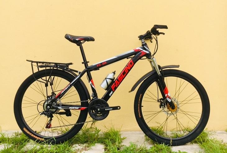 Thiết bánh xe có gai giúp bám đường tốt trên xe đạp Fascino