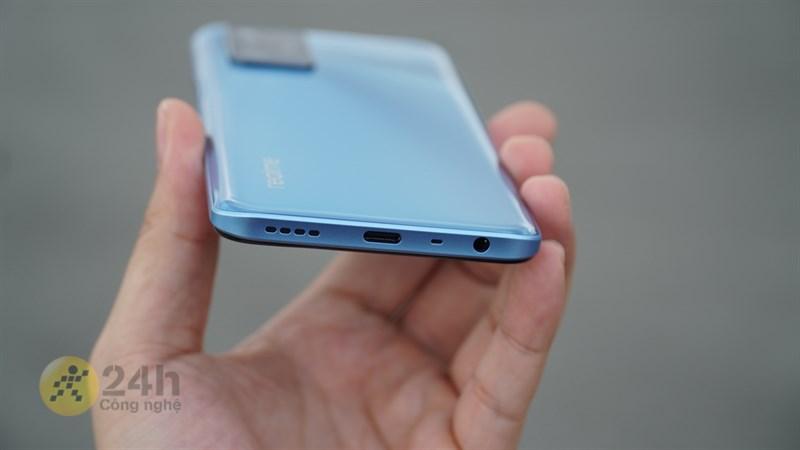 Cuối cùng là cổng kết nối 3.5 mm, mic thoại, cổng sạc USB Type-C và loa ngoài nằm ở cạnh dưới.