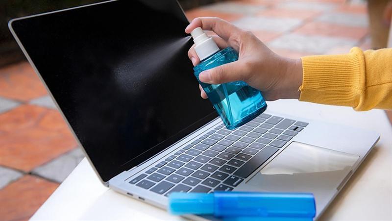 Hãy thường xuyên vệ sinh laptop nếu như bạn muốn thiết bị hoạt động bền bỉ. Nguồn: Tech Advisor.