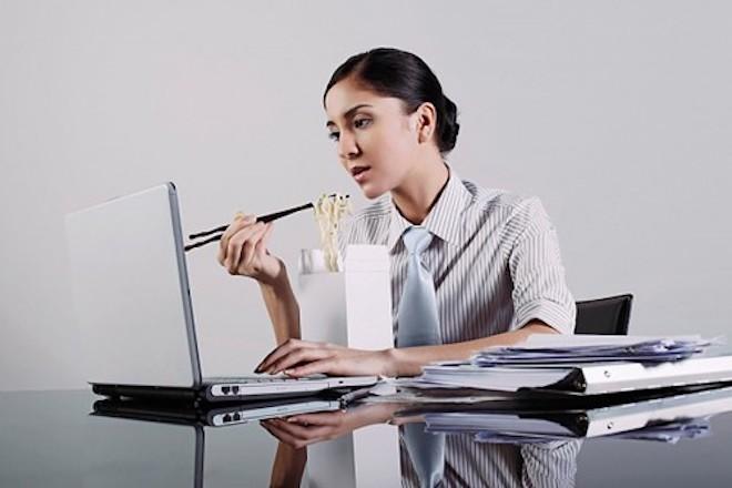 Nhiều người dùng hiện nay có thói quen vừa ăn vừa dùng laptop khiến thiết bị rất dễ bám bẩn, hư hỏng.
