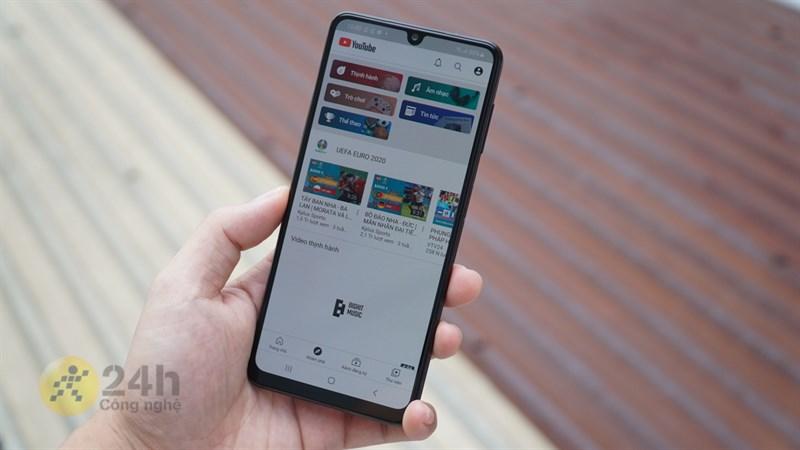 Chúng ta có thể tha hồ xem YouTube trong thời gian dài với pin của Galaxy A22.