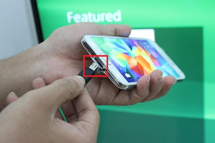 Ghép nối đầu nhỏ nhất của cáp vào chiếc điện thoại