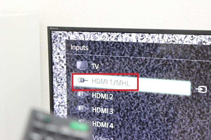 Tại Inputs, bạn chọn vào tín hiệu HDMI / MHL.