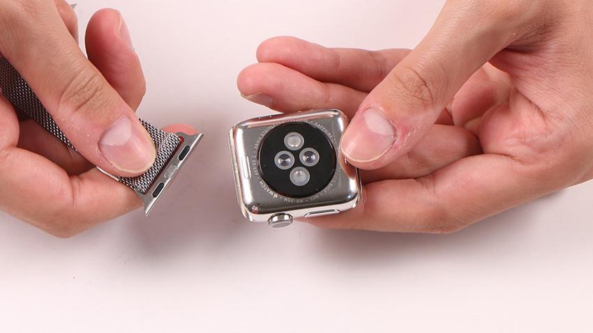 Lắp lại dây đeo Apple Watch là bước cuối cùng sau khi bạn đã làm sạch hoàn toàn những bộ phận