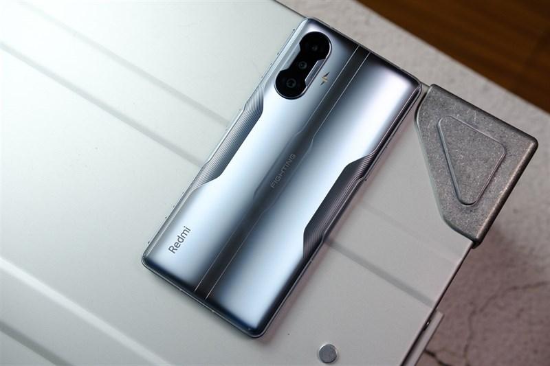 Thay vì sử dụng mặt lưng kính, Redmi K40G có thể sử dụng mặt lưng carbon để trông máy nổi bật hơn. Nguồn: Xiaomi Today.