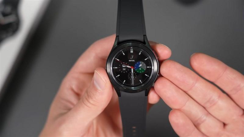 Thay vì sử dụng TizenOS như người tiền nhiệm, Watch4 Classic năm nay được trang bị hệ điều hành WearOS. Nguồn: GadgetByte.
