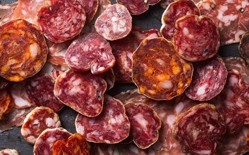 Salami là một loại xúc xích dạng khối rắn cứng có hương vị thơm ngon