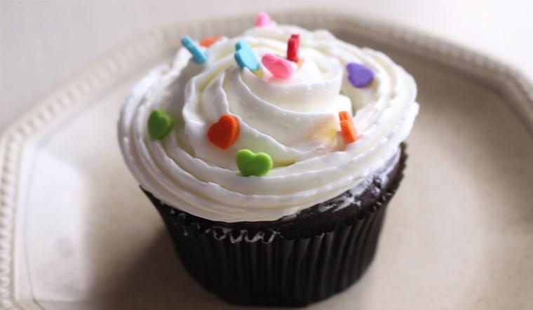 Cách làm bánh cupcake socola kem bơ thơm béo mềm mịn đơn giản