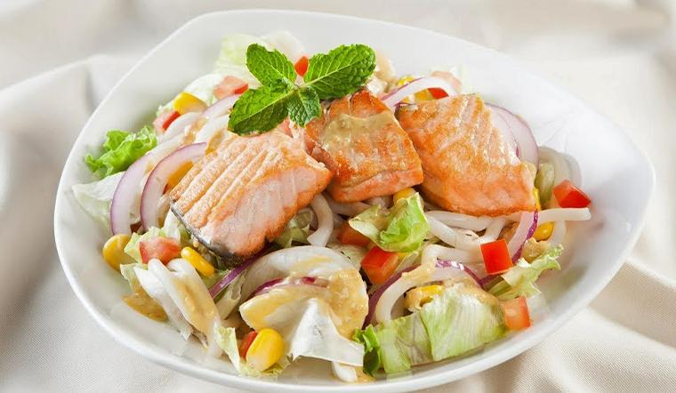 Cách làm salad mì udon cá hồi sốt mè ngon đơn giản cực bắt mắt