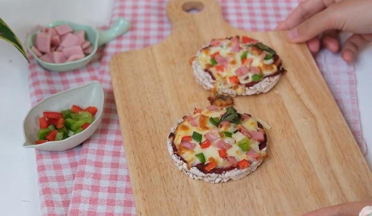 Cách làm pizza mini từ bánh gạo lứt thơm ngon cực dễ không sợ béo