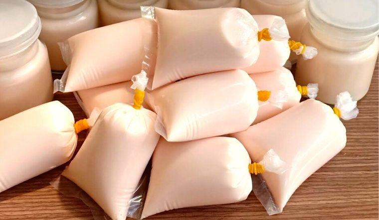 Cách làm sữa chua dâu túi dẻo mềm mịn cực mát lạnh, đơn giản tại nhà