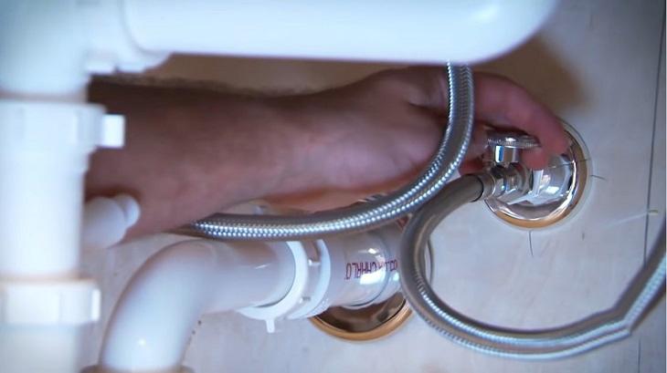 Bước 1: Đóng van cấp nước