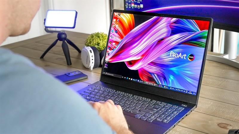 Màn hình của ASUS ProArt StudioBook 16 OLED là một trong những màn hình laptop tốt nhất hiện nay.