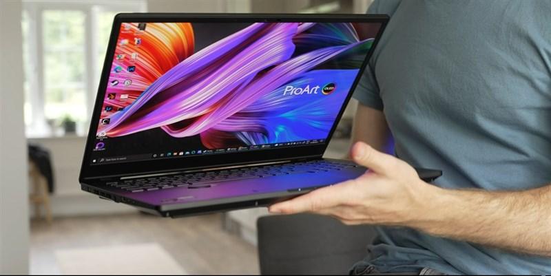 ASUS ProArt StudioBook 16 OLED có khối lượng là 2.4 kg. Nguồn: The Tech Chap.