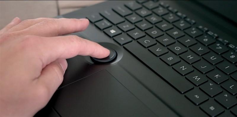 Phím xoay vật lý ASUS Dial được làm lõm xuống nên không ảnh hưởng quá nhiều đến trải nghiệm sử dụng laptop. Nguồn: The Tech Chap.