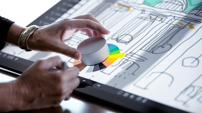ASUS Dial có cơ chế hoạt động gần như tương tự với Surface Dial của Microsoft (đã ra mắt năm 2016). Nguồn: Surface Pro.