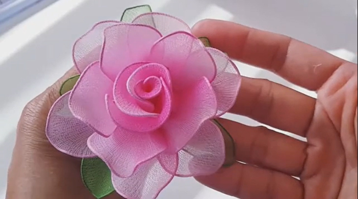 Vậy là bạn đã hoàn thành xong một bông hoa voan cực kỳ đơn giản. (Nguồn ảnh: Youtube HANDMADE TV)