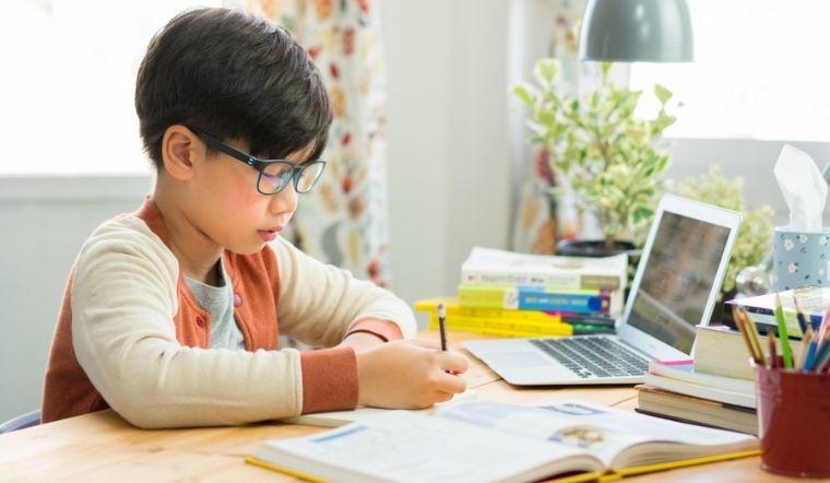 Làm thế nào để bảo vệ đôi mắt của trẻ khi học trực tuyến trong mùa dịch