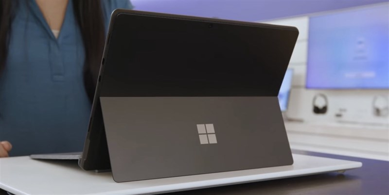 Trên tay Surface Pro 8. Nguồn: The Verge.