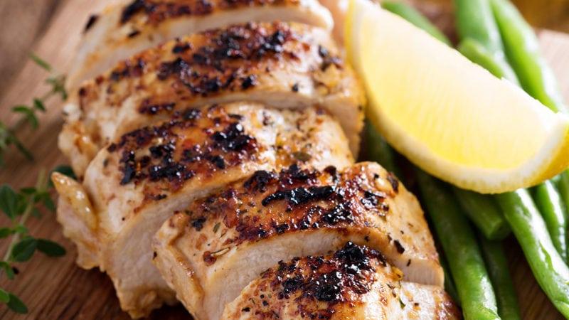 Trong 100g thịt gà chứa 10mcg vitamin K2