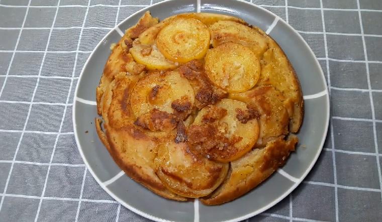 Thử làm bánh táo nướng chảo nổi tiếng trên Youtube chỉ với 1 quả trứng