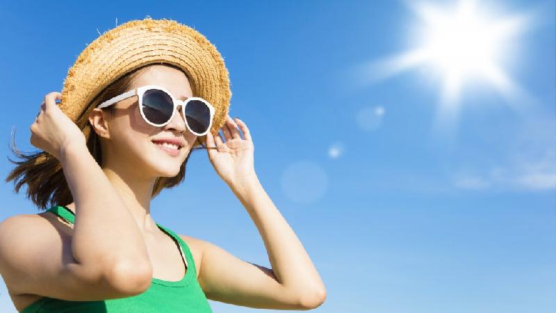 Điều trị thừa vitamin D bao gồm nên tránh tiếp xúc với ánh nắng mặt trời