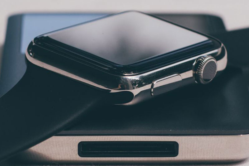 Nút tiện ích trên Apple Watch S3 GPS, 42mm viền nhôm, dây cao su màu đen