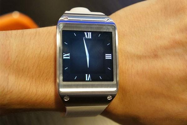 Samsung Galaxy Gear khá gọn gàng khi đeo trên tay