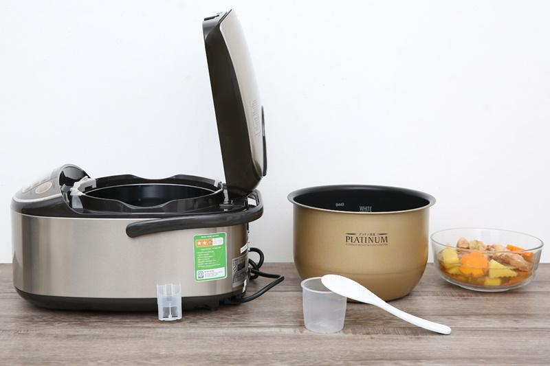 Nấu ăn thuận tiện với phụ kiện cốc đong và muỗng lấy cơm - Nồi cơm điện cao tần Zojirushi 1.8 lít ZONC-NP-HRQ18-XT