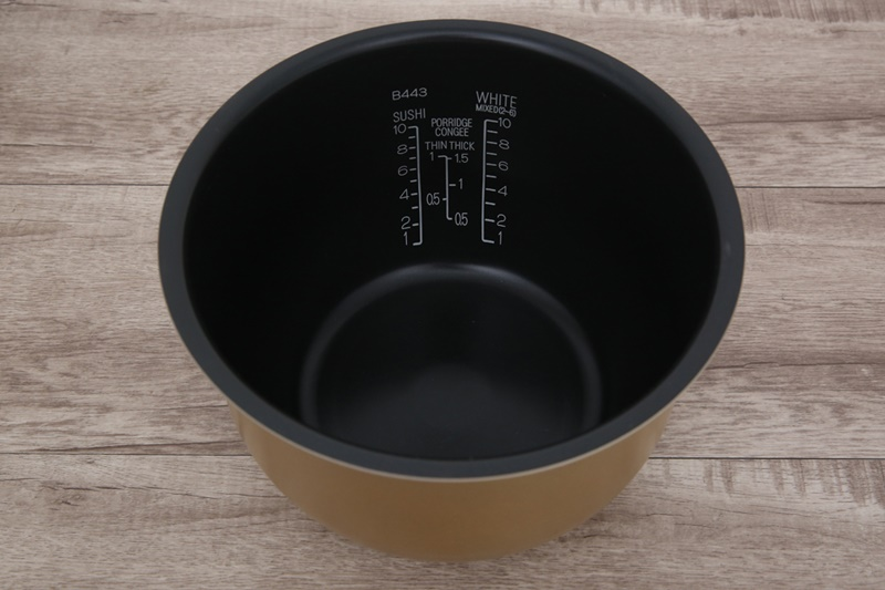 Lòng nồi bằng chất liệu hợp kim nhôm có phủ lớp Platinum mạ bạch kim chống dính - Nồi cơm điện cao tần Zojirushi 1.8 lít ZONC-NP-HRQ18-XT