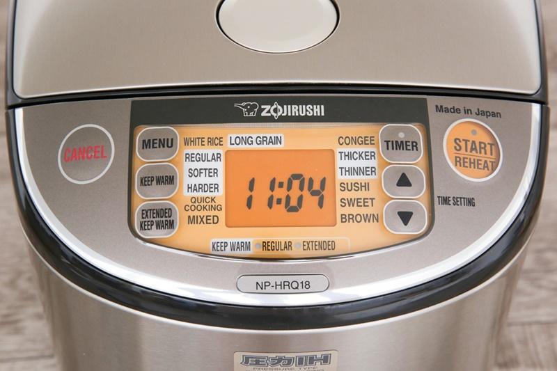 Bảng điều khiển điện tử nhạy bén kèm màn hình hiển thị rõ nét tiện dụng - Nồi cơm điện cao tần Zojirushi 1.8 lít ZONC-NP-HRQ18-XT