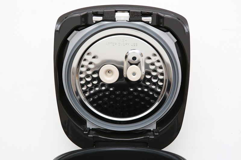 Nắp trong của nồi thiết kế kiểu tổ ong, giữ lại hơi nước trên nắp - Nồi cơm điện cao tần Zojirushi 1.8 lít ZONC-NP-HRQ18-XT