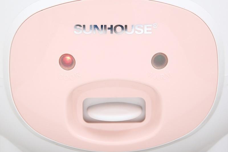 Nút gạt thiết kế ở mặt trước thân nồi cho bạn chỉnh chức năng nấu và giữ ấm dễ dàng - Nồi cơm nắp gài Sunhouse 1.8 lít SHD8607W