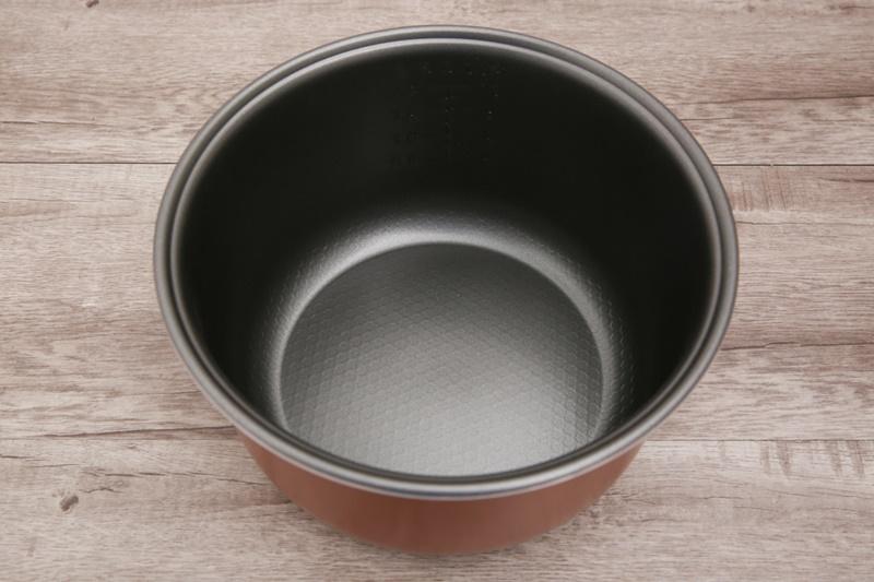 Lòng nồi làm bằng hợp kim nhôm phủ lớp chống dính Whitford - USA - Nồi cơm nắp gài Sunhouse 1.8 lít SHD8607W