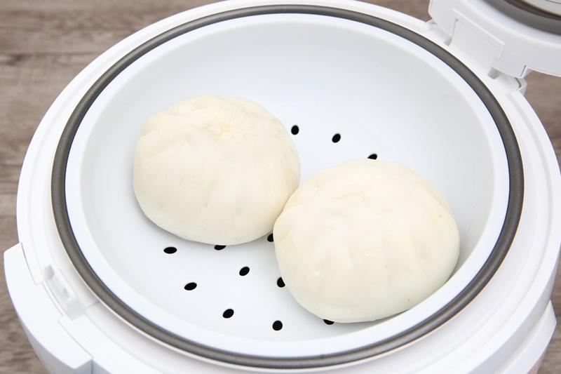 Hấp thức ăn đơn giản, thuận tiện với xửng hấp - Nồi cơm nắp gài Sunhouse 1.8 lít SHD8607W