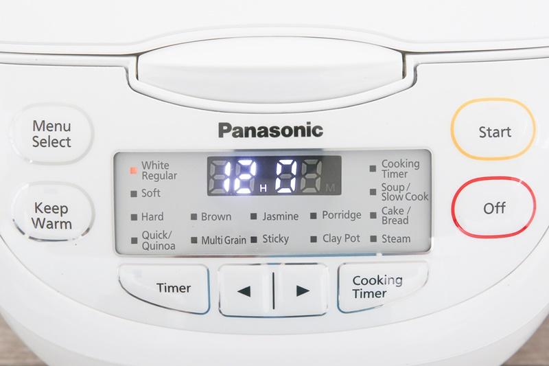 Bảng điều khiển điện tử kèm màn hình hiển thị rõ nét, dễ dùng - Nồi cơm điện tử Panasonic 1 lít SR-CL108WRA