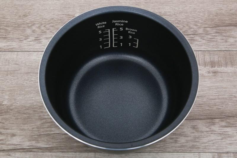Lòng nồi dày tới 2.2 mm, phủ Ceramic có độ bền cao - Nồi cơm điện tử Panasonic 1 lít SR-CL108WRA