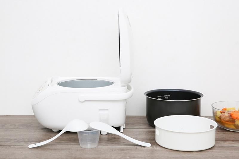 Tặng kèm xửng hấp, muỗng canh, muỗng cơm, cốc đong gạo - Nồi cơm điện tử Panasonic 1 lít SR-CL108WRA