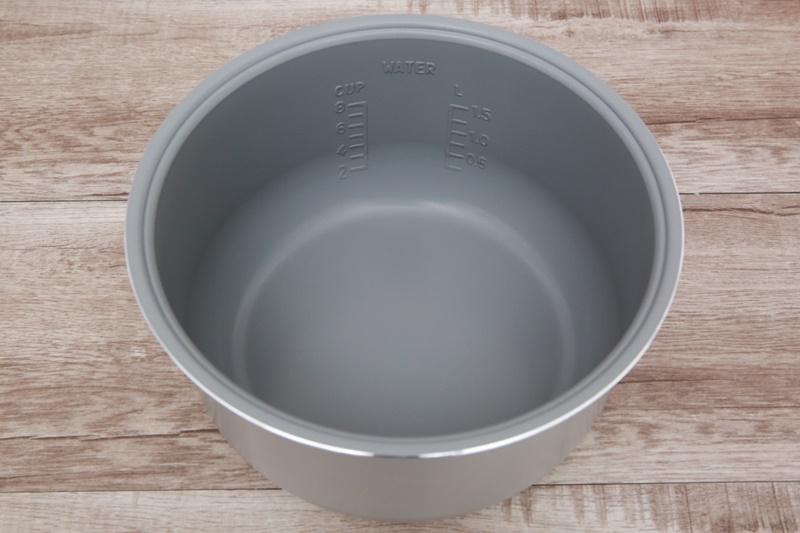 Lòng nồi dày 1.7 mm bằng chất liệu hợp kim nhôm tráng men chống dính - Nồi cơm nắp gài Midea 1.5 lít MR-CM1533