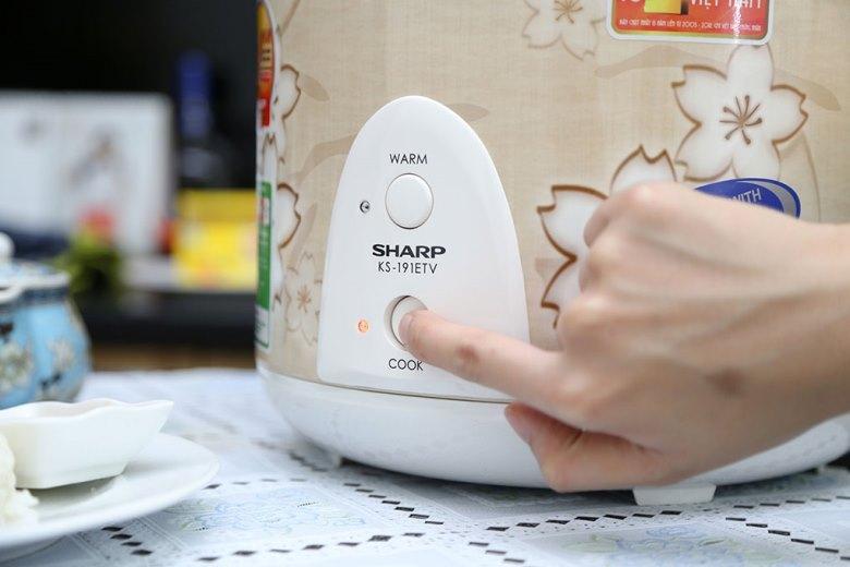 Nút nhấn và đèn báo đơn giản, dễ hiểu