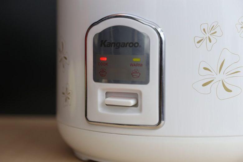 Nút gạt nấu cơm, có đèn báo nấu cơm và giữ ấm