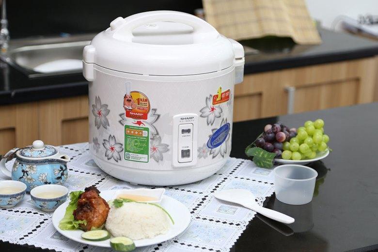Nồi được đi kèm muỗng múc cơm và cốc đong gạo.