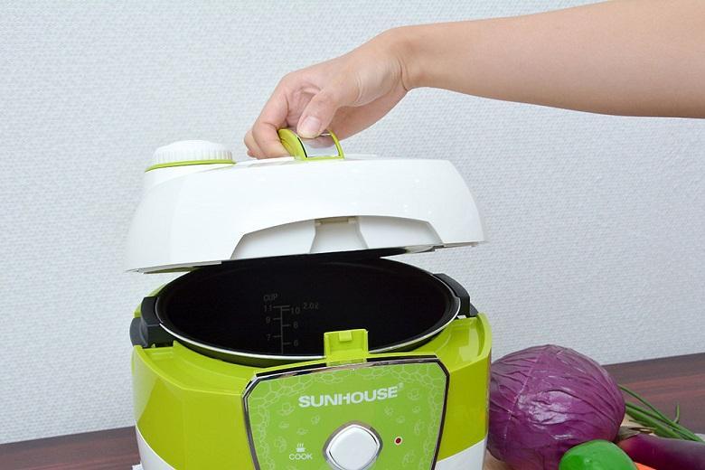 Thân nồi và tay cầm bằng nhựa cách nhiệt an toàn, không gây bỏng