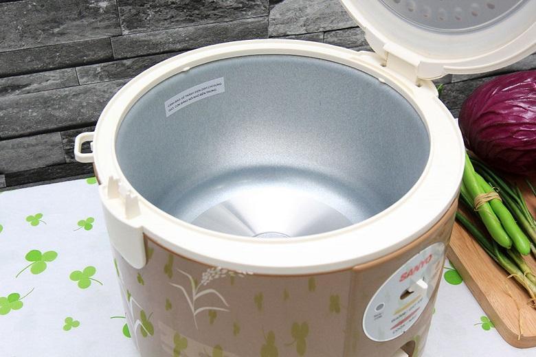 Thiết kế một mâm nhiệt to, phẳng giúp tăng hiệu quả gia nhiệt cho cơm chín đều và nhanh chóng