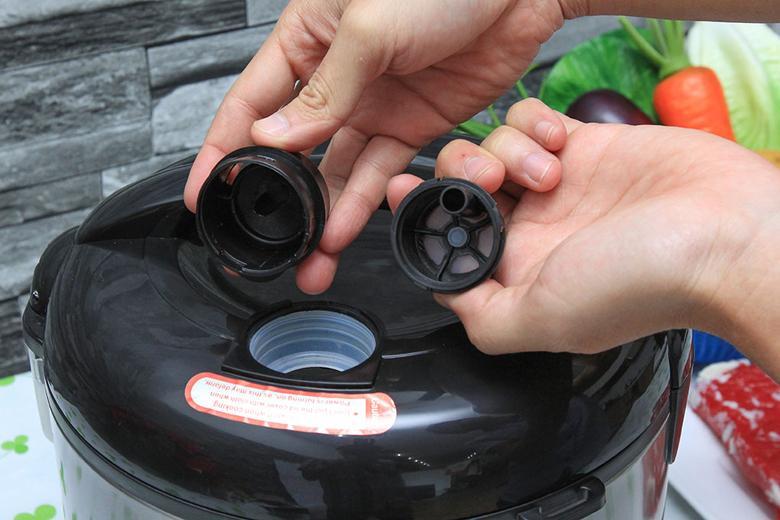 Lỗ thoát hơi nước thông minh bảo toàn chất dinh dưỡng trong cơm