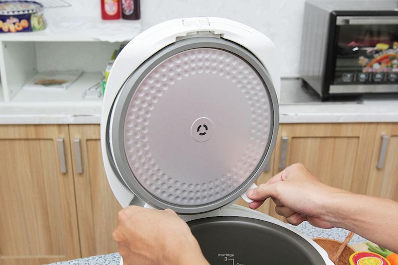 Nắp trong tháo rời được, khi cần vệ sinh có thể rửa dưới vòi nước