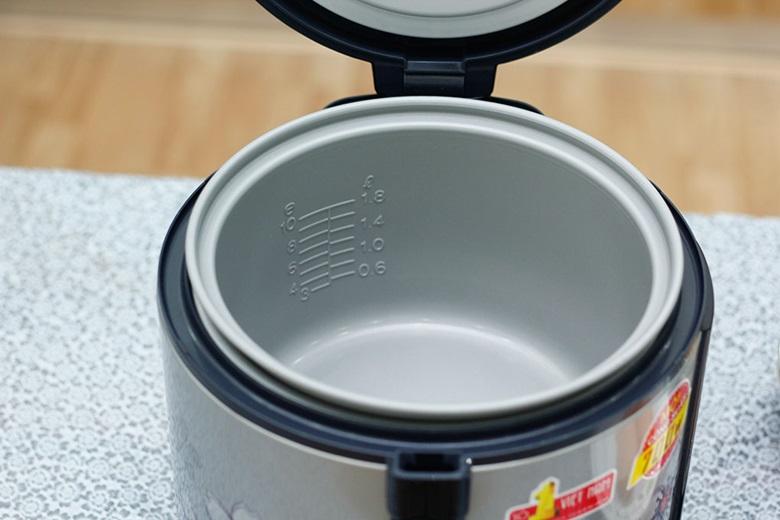 Lòng nồi cơm điện có lớp chống dính tiện làm sạch