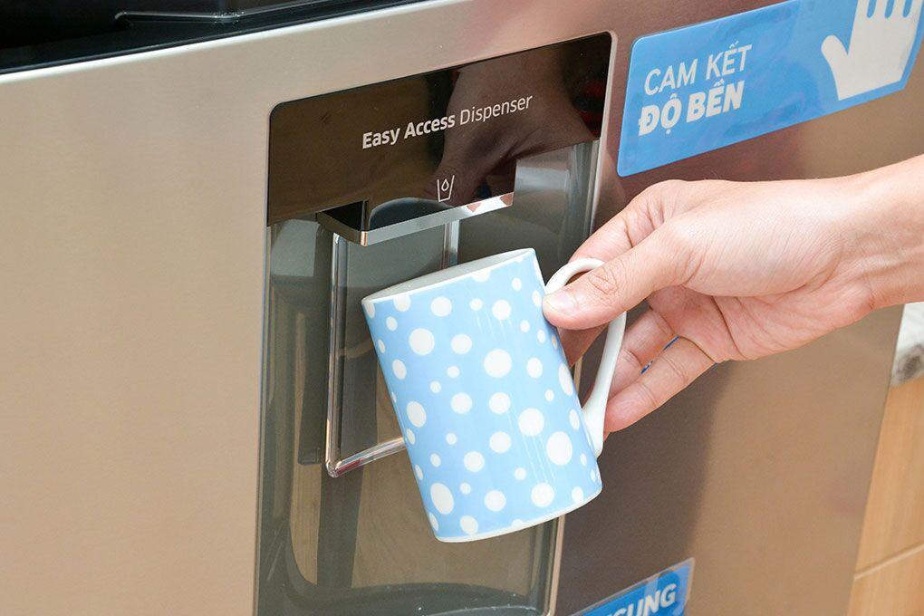 Với khả năng lấy nước từ bên ngoài, bạn sẽ không cần mở cửa tủ lạnh Samsung RT38FEAKDSL nhiều lần để dùng nước mát nữa